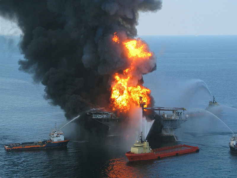 Katastrofen vid BP:s oljeplattform Deepwater Horizon 2010. Foto: US Coast Guard. Licensierad under Public Domain via Wikimedia Commons  https://commons.wikimedia.org/wiki/File:Deepwater_Horizon_offshore_drilling_unit_on_fire_2010.jpg#/media/File:Deepwater_Horizon_offshore_drilling_unit_on_fire_2010.jpg