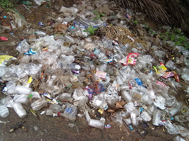 Plast och skräp, som riskerar att hamna i haven. Foto: Venkat2336. Licensierad under CC BY-SA 3.0 via Wikimedia Commons - https://commons.wikimedia.org/wiki/File:Plastic_waste_at_Batlapalem,_Andhra_Pradesh.jpg#/media/File:Plastic_waste_at_Batlapalem,_Andhra_Pradesh.jpg