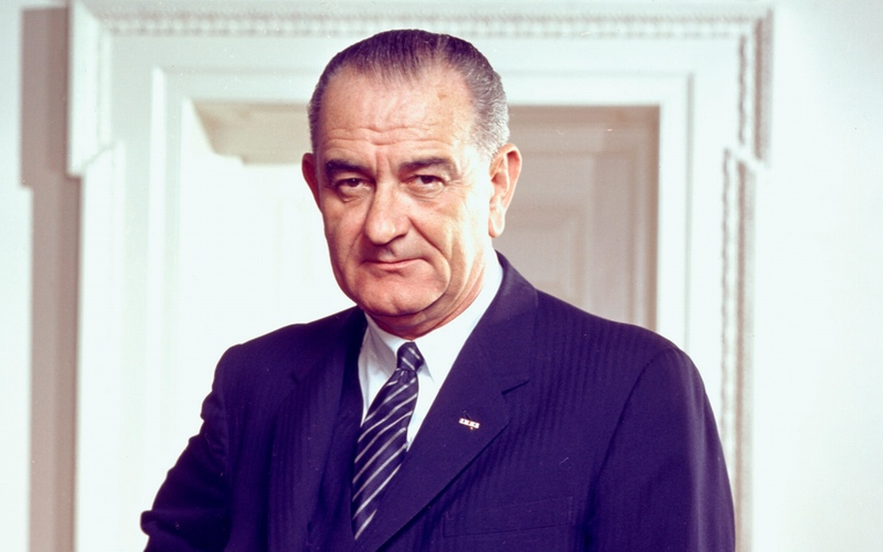 Porträtt av Lyndon B. Johnson. Foto: Arnold Newman, White House Press Office (WHPO) - http://photolab.lbjlib.utexas.edu/detail.asp?id=18170. Licensierad under Public Domain via Wikimedia Commons - https://commons.wikimedia.org/wiki/File:Lyndon_B._Johnson,_photo_portrait,_leaning_on_chair,_color.jpg#/media/File:Lyndon_B._Johnson,_photo_portrait,_leaning_on_chair,_color.jpg