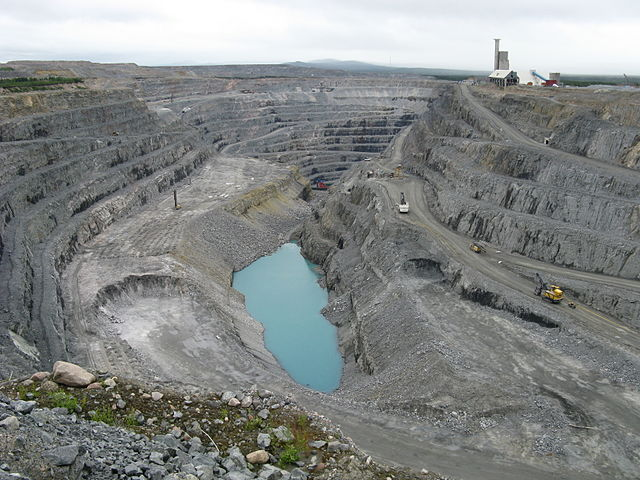 Gruvdrift i Aitiks koppargruva. Foto: TZorn. Licensierad under CC BY-SA 3.0 via Wikimedia Commons - https://commons.wikimedia.org/wiki/File:Aitik_coppar_mine_1.JPG#/media/File:Aitik_coppar_mine_1.JPG